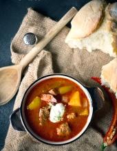 garnek zupy gulaszowej